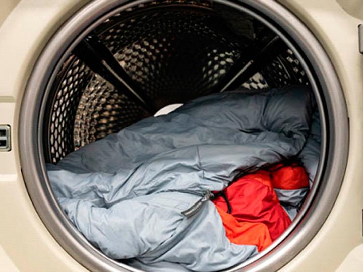 ¿Cómo debes lavar tu saco de dormir sintético?